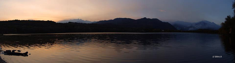 Tramonto sui Laghi di Avigliana, incendi in lontananza